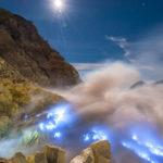  El cautivador fenómeno de lava azul en la isla de Java