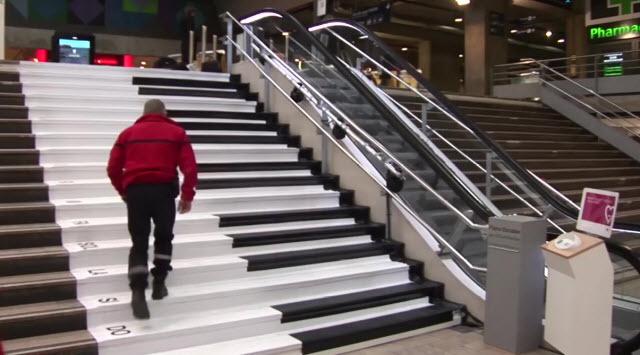 """🎹 El divertido """"Piano escalera"""" de la estación Montparnasse"""