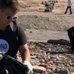 🕶 Organiza jornadas de limpieza en el río, junta botellas, las recicla y fabrica anteojos