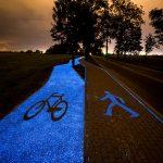 El sendero para bicis que brilla de noche cargado sólo por el Sol
