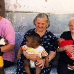 💓 Abuelas italianas con niños migrantes en brazos