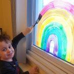 🌈 Familias decoran ventanas con Arcoíris para animar a la gente