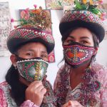 🧵 Madre e hija fabrican mascarillas con diseños típicos