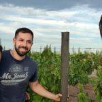 3 amigos Reciclan Residuos Plásticos para evitar Tala de Árboles
