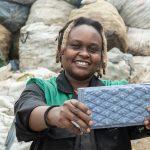 🧱️ Esta Mujer Recicla Desechos Plásticos para crear Ladrillos fuertes como Concreto